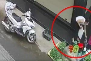 Cô gái xinh trộm tiền bà bán rau: Camera ghi lại