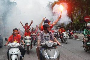 Người hâm mộ diễu hành, đốt pháo sáng ủng hộ tuyển Việt Nam