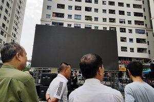 Dân chung cư ở Hà Nội thuê màn LED 'khủng' cổ vũ Olympic Việt Nam