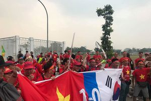 CĐV Việt Nam 'đổ bộ' sân Pakansari, tin đội nhà lật đổ Hàn Quốc