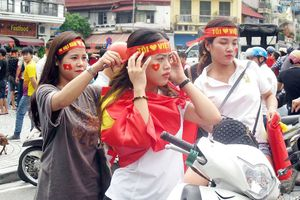 Thiếu nữ xinh đẹp xuống đường cổ vũ đội tuyển Olympic Việt Nam