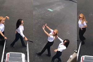 Nữ phi công mở cửa, nhảy cùng máy bay đang lăn bánh