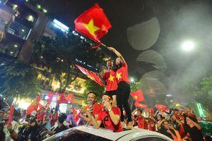 Hàng nghìn cổ động viên tiếp tục đội mưa truyền lửa cho U23 Việt Nam