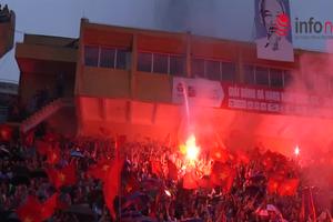 Bất chấp trời mưa, cổ động viên trên sân Hàng Đẫy vẫn cháy hết mình vì Olympic Việt Nam