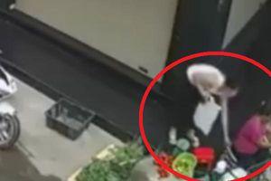 Bắt người phụ nữ đi xe ga trộm túi xách của bà bán rau