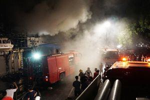 Cháy nhà giữa phố, giao thông bị ách tắc