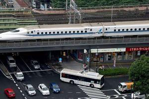 Nhân viên đường sắt Nhật phải ngồi cạnh đường ray tàu cao tốc