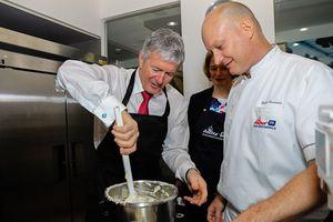 Bộ trưởng New Zealand trổ tài làm bánh