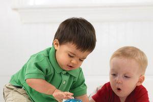 Mẹo giúp mẹ dạy bé cách giữ gìn đồ chơi
