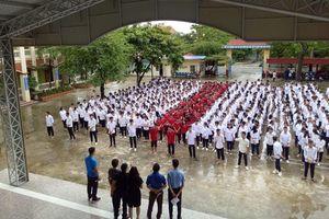 Có nơi đâu yêu bóng đá hơn thế: Gần 1000 học sinh và thầy cô đội mưa hô vang 'khẩu quyết Việt Nam vô địch' đầy tự hào