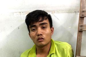 Cảnh sát dùng chó nghiệp vụ bắt tên cướp trốn trong bãi lau sậy ở Sài Gòn