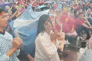Xúc động hình ảnh cổ động viên dầm mưa cổ vũ cho Olympic Việt Nam