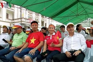 Clip: Dân Hải Dương và gia đình Văn Toàn 'vỡ òa' với bàn thắng của Minh Vương