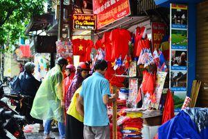 Người hâm mộ đội mưa đi mua đồ cổ vũ Việt Nam - Hàn Quốc, giá áo, cờ tăng 3 lần vẫn đắt hàng