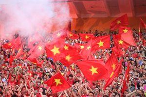 Olympic Việt Nam thua cuộc, CĐV Hà Nội vẫn ăn mừng nhiệt tình trong cơn mưa tầm tã