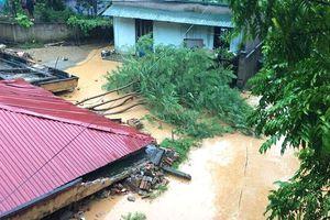 Nhiều phòng học, nhà dân ở Thanh Hóa bị sập, vùi lấp