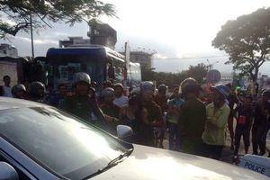 Cảnh sát chặn bắt cô gái lái Mercedes lạng lách trên đường