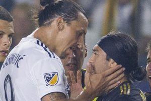 Tình huống 'tát yêu' của Ibrahimovic với Lee Nguyễn