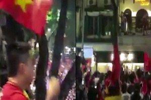 Hàng trăm fan vây kín nhà Tuấn Hưng sau trận U23 để làm điều này