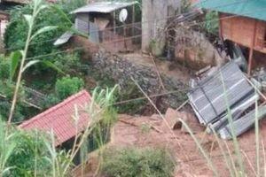 Sạt lở vùi lấp phòng học và nhiều nhà dân ở miền núi Thanh Hóa