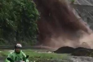 Rùng mình nhìn dòng nước cuồn cuộn như thác đổ xuống Quốc lộ 6