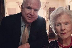 Người mẹ 106 tuổi tiễn Thượng nghị sĩ McCain về nơi an nghỉ cuối cùng