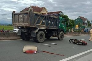 Mất mạng vì tông vào đuôi xe tải đang lùi trên quốc lộ