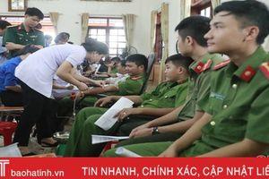 Hơn 900 CBCNVC huyện Hương Sơn tham gia ngày hội hiến máu