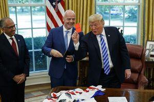 Được Chủ tịch FIFA tặng thẻ đỏ, Tổng thống Trump giơ lên 'phạt' phóng viên