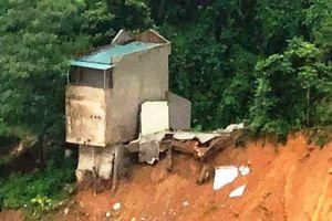 Clip: Ngôi nhà 2 tầng bất ngờ bị đổ ập xuống sông trong tích tắc