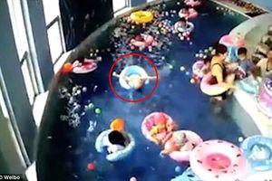 Giây phút bé trai 3 tuổi bị lật phao, suýt chết đuối trong bể bơi mầm non
