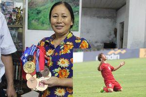 Mẹ cầu thủ Minh Vương: 'Bàn thắng con sút tung lưới Olympic Hàn Quốc là món quà vô cùng ý nghĩa trong ngày giỗ cha'