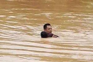 Trượt chân ngã khi qua suối, nam sinh lớp 5 bị nước lũ cuốn tử vong