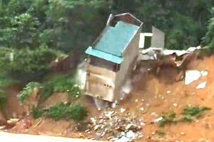 Nhà hai tầng bị sạt lở đổ sập xuống sông Lò