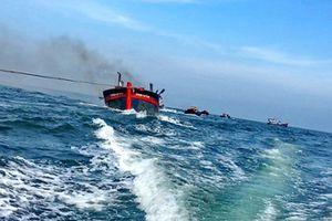 Cứu nạn 11 người trong vụ cháy tàu cá của ngư dân Khánh Hòa