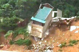 Thanh Hóa: Nước lũ khiến ngôi nhà 2 tầng đổ sập xuống lòng sông