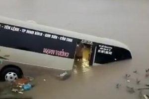 Clip: Xe khách lao xuống sông, hành khách hoảng loạn cuống cuồng bơi vào bờ