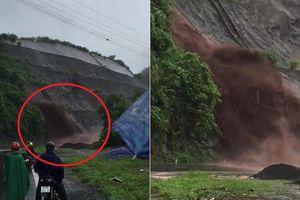 Clip: Sạt lở khủng khiếp, đất đá tuôn xối xả như thác ở Hòa Bình
