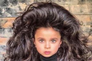 Cô bé 5 tuổi nổi tiếng trên mạng vì có mái tóc quá bồng bềnh