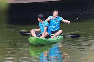Cầu thủ Olympic Việt Nam câu cá trước trận tranh HCĐ ASIAD 18