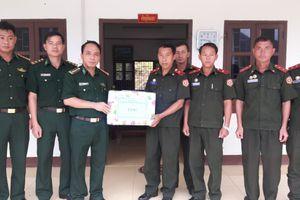 Tặng 20 triệu đồng cho Đại đội Biên phòng 221 - Lào