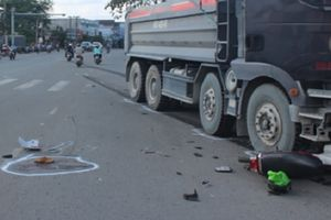 2 xe máy bị cuốn vào gầm xe ben, 2 người tử vong thương tâm