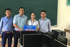 Trao 4 bộ máy vi tính phục vụ năm học mới ở Nghĩa Đàn