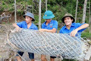 Thanh niên Anh Sơn tích cực giúp dân đối phó với lũ lụt