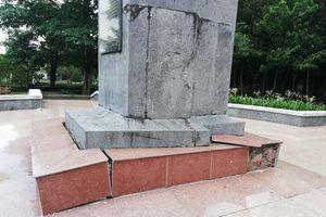 Tượng đài nữ anh hùng liệt sĩ Lê Thị Riêng đang xuống cấp