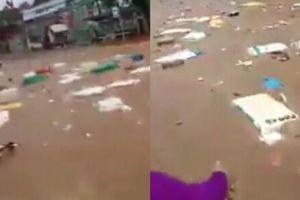 Người dân hối hả vớt hàng hóa giữa dòng nước lũ