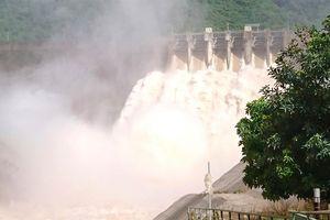 Thủy điện Bản Vẽ xả lũ, người dân chạy lên núi vì nước ngập