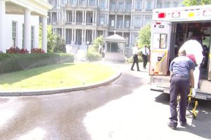 Xe cứu thương đến Nhà Trắng đưa người đi cấp cứu