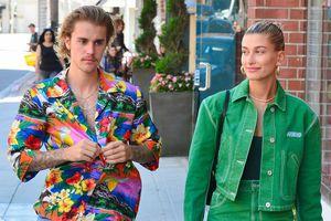 Justin Bieber mặc áo hoa sặc sỡ, tình tứ ôm hôn thê Hailey trên phố