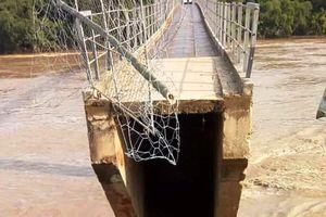 Lũ khủng khiếp cuốn đứt chân đường dẫn lên cầu treo Chôm Lôm